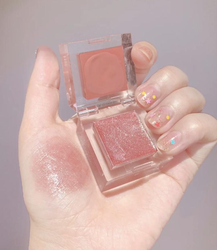 小冰塊裡藏著唇頰膏!超美『玫瑰杏奶色』帶著微閃,等它融化就能完成一個妝容了