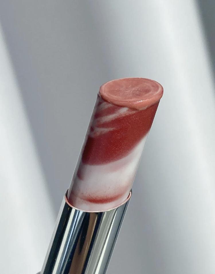 新手必備唇妝小心機!微甜『牛奶蜜糖霜』,日常素顏也適合的可愛潤唇膏~