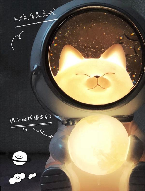 會發光的「太空喵星人小燈」:抱著地球徜徉在夜幕星河裡