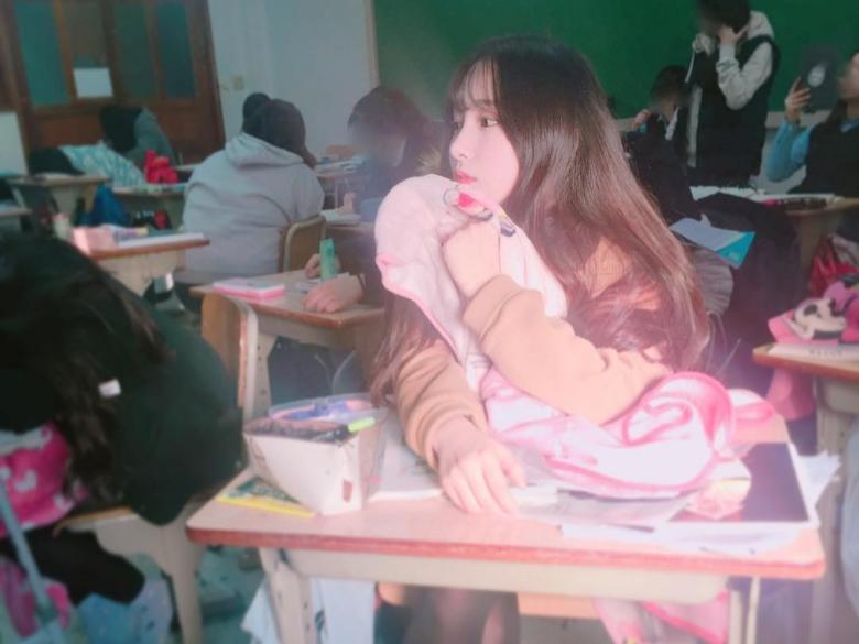 韓國高中生壓力是不是很大,沒想到他們上課會偷偷…好吧身為台灣學生的我認輸!