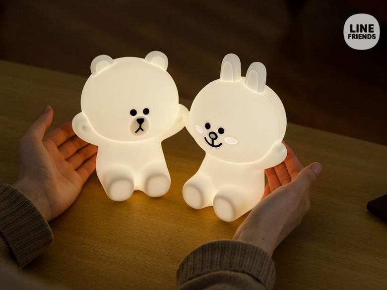 LINE又出新商品,這次居然是可愛的熊大兔兔造型夜燈,晚上睡覺再怕黑…有了這個真的什麼都不怕了啦!