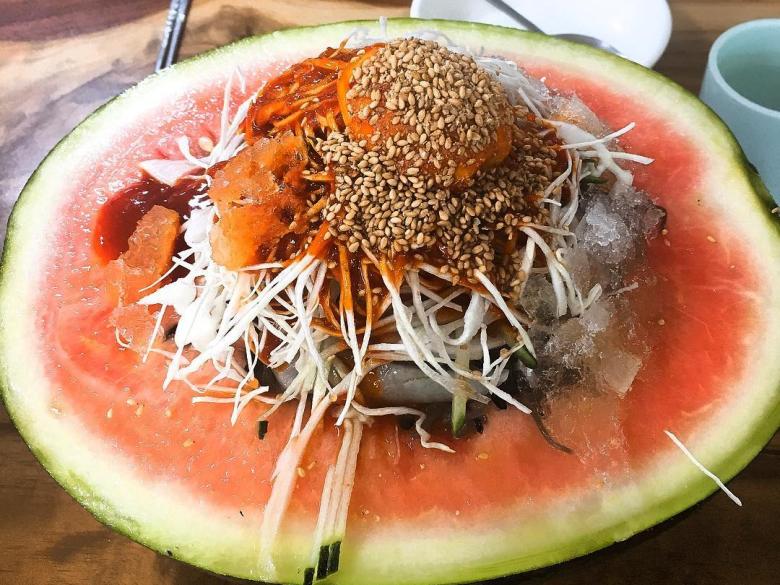 夏日必備的奇妙雙重好滋味,韓國「西瓜冷麵」就是要顛覆你的傳統視覺與味覺!